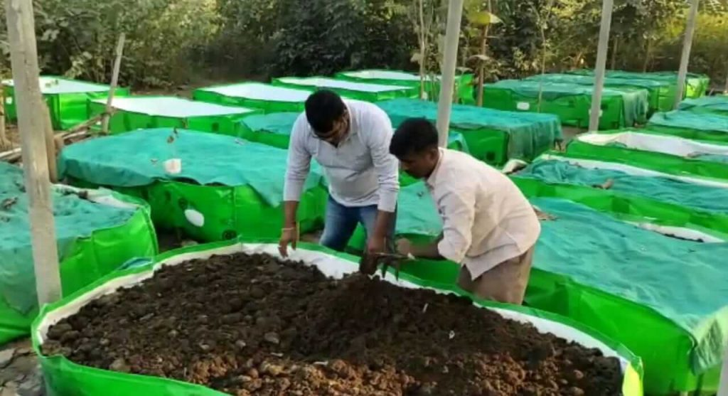 Two friends from mirzapur earning through cow dung
